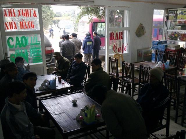 khách đến nhà hàng, nhà nghỉ Cao Sơn rất đông
