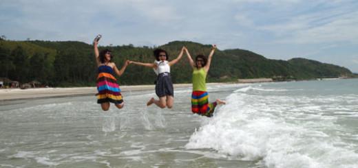 Chơi đùa cùng bạn bè trên khu du lịch Quan Lạn