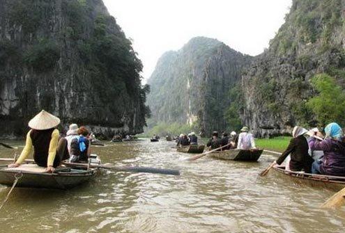 Thuyền lướt nhẹ trên dòng sông Ngô Đồng