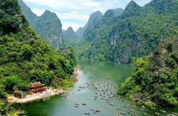Quần thể danh thắng Tràng An gồm sông núi, các hang động và thuyền bè tấp nập ngược xuôi như một bức tranh sơn mài.