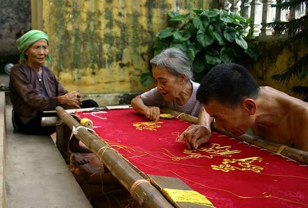 Nghề thêu ren Văn Lâm - ngay cả các cụ ông cụ bà rảnh rối cũng ngồi thêu ren. Nó đã đi sâu vào tâm thức của mỗi người dân nơi đây