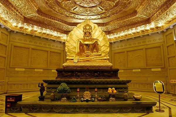 Tượng Phật Thích Ca Mâu Ni bên trong bảo thấp